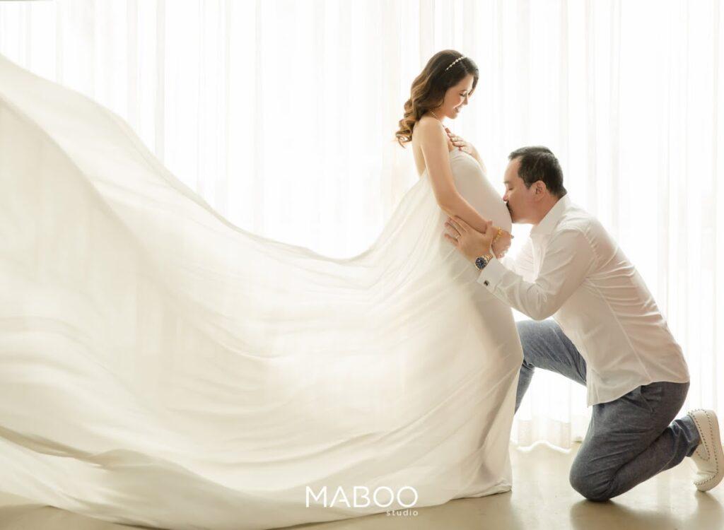 Mẹ bầu chụp ảnh cùng chồng tại MABOO studio
